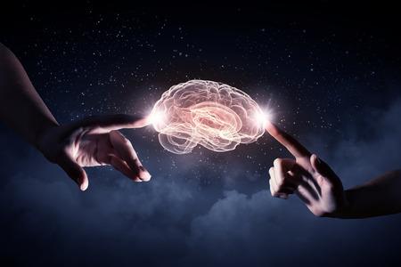 mente humana: Primer plano de las manos del hombre que tocan con los dedos