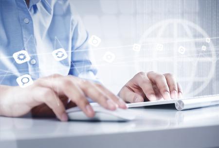 click: Handen van zakenman werken met toetsenbord en muis Stockfoto