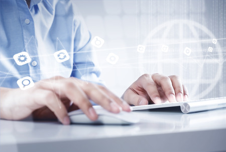 klawiatura: Ręce biznesmen pracy z klawiaturą i myszą