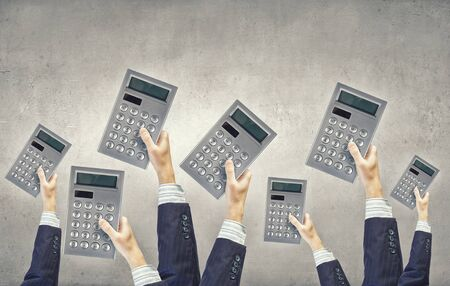 calculadora: Muchas manos de gente de negocios con las calculadoras