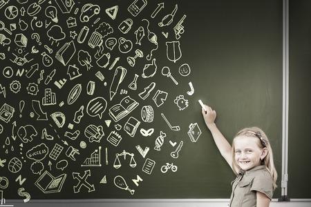 ni�os escribiendo: Ni�a de la escuela por escrito bocetos tiza en la pizarra