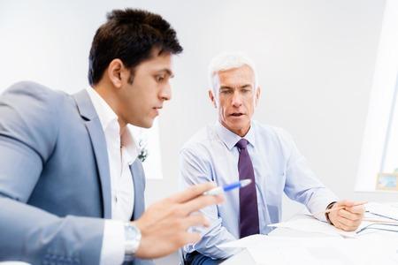 dos personas platicando: Dos hombre de negocios en la oficina que tiene discusi�n