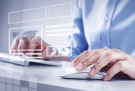 klik: Handen van zakenman werken met toetsenbord en muis Stockfoto