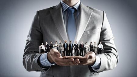 diferentes profesiones: Cierre de negocios con las manos en las personas de éxito de diferentes profesiones