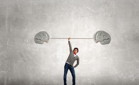 Zekere zakenman tillen boven het hoofd barbell als symbool van grote geest Stockfoto