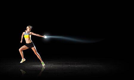 and athlete: Mujer Joven atleta corriendo r�pido en fondo oscuro