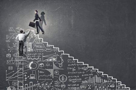 Empresaria subiendo por la escalera como símbolo de la subida de carrera Foto de archivo - 46719217