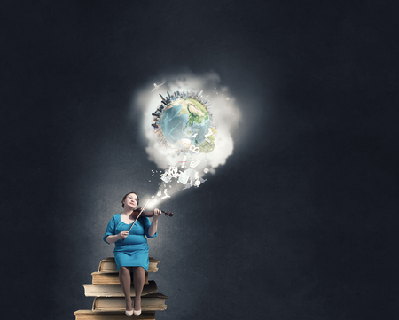 stout: robusta mujer de mediana edad en el vestido azul que se sienta en los libros y que toca el violín. Elementos de esta imagen proporcionada por la NASA se