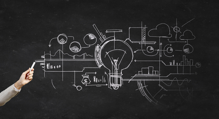 lluvia de ideas: Mano bombilla Darwing humana como concepto de la idea con tiza