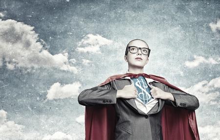 Jonge vrouw gedraagt zich als super held met dollarteken op de borst