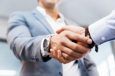 Aperto de mão dos homens de negócios que cumprimentam-se