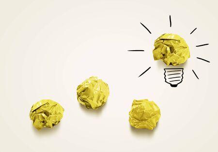Concept Inspiration avec du papier froissé comme un signe pour les travaux de la créativité