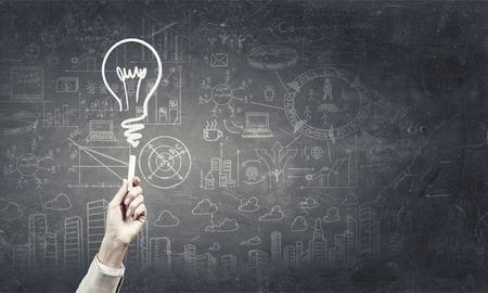 チョークで考え概念として人間の手描画電球