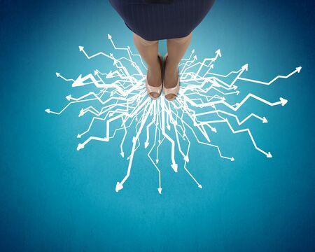 confundido: Vista superior de los pies de negocios de pie en la encrucijada Foto de archivo