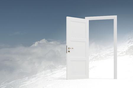 cielos abiertos: Imagen conceptual con las puertas abiertas como nueva entrada manera de nuevo mundo Foto de archivo