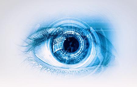 Fermez d'oeil humain sur fond de technologie numérique