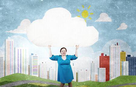 cerveza negra: Mujer Stout de la Edad Media con la bandera en blanco nube blanca Foto de archivo