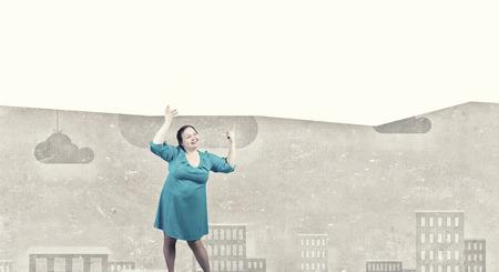 cerveza negra: Mujer Stout de mediana edad con bandera blanca en blanco Foto de archivo