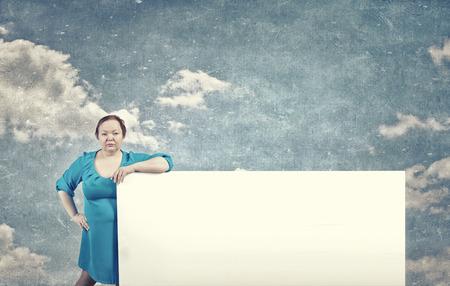 stout: Stout mujer segura de edad con bandera blanca en blanco