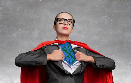 若い女性の胸にドル記号とスーパー ヒーローのような演技
