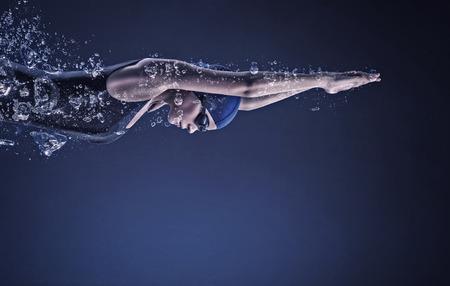 Junge Frau, die Schwimmer in Cap und Gläser unter Wasser