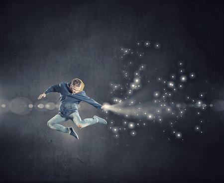 bailarin hombre: Moderno estilo bailarina masculina de salto en las luces de proyector