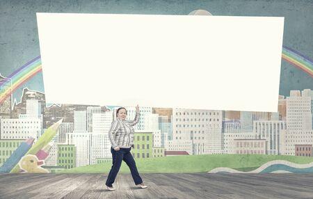 cerveza negra: Mujer Stout de mediana edad lleva bandera blanca en blanco