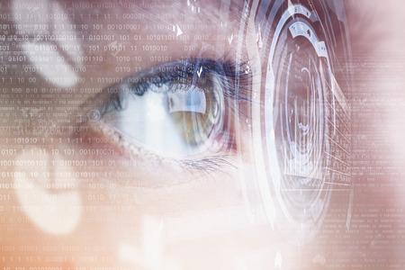 tecnología informatica: Cierre para arriba del ojo humano en el fondo de la tecnología digital