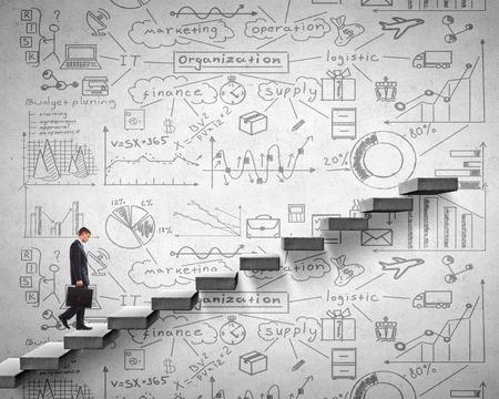 escalando: Empresario subiendo por la escalera como símbolo de la subida de carrera