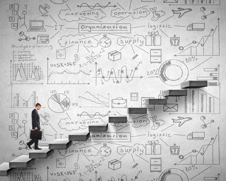 Zakenman klimmen trap als symbool van de carrière stijgen Stockfoto