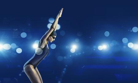 dive: Joven nadador de competici�n mujer en pose de partida
