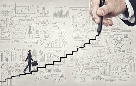 Nữ doanh nhân leo lên cầu thang như biểu tượng của sự nghiệp tăng
