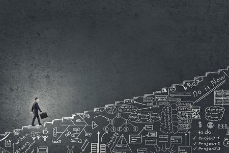 crecimiento: Empresario subiendo por la escalera dibujado a mano como símbolo de la subida de carrera