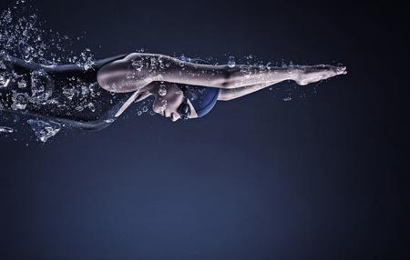 물에서 모자와 안경에 젊은 여자 수영 스톡 콘텐츠