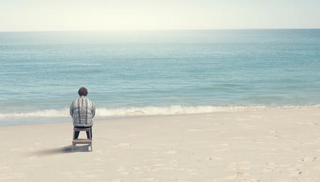 stout: Mujer robusta de mediana edad sentado con volver
