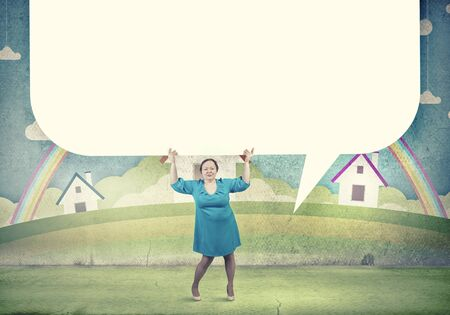 stout: Mujer Stout de mediana edad con bandera blanca en blanco Foto de archivo