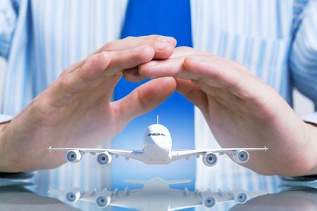 ビジネスマンやフライング飛行機の模型の手 写真素材