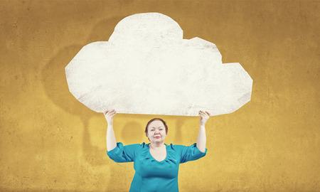 stout: Mujer Stout de la Edad Media con la bandera en blanco nube blanca Foto de archivo