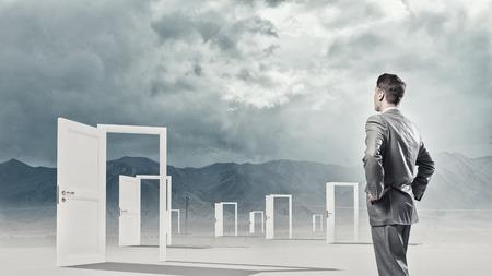 Üzletember, álló, elülső, nyitott ajtók és hogy döntést