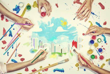 urban colors: Vista superior de personas de manos de dibujo concepto urbano con pinturas Foto de archivo