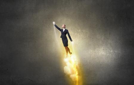 patron: Héroe Empresaria en juego volando en el cielo Foto de archivo