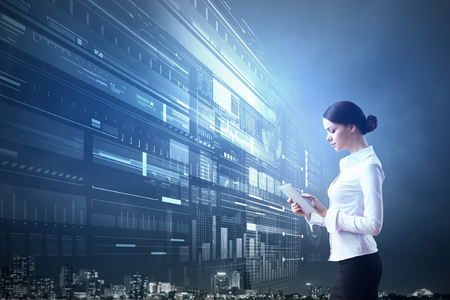 technology: Obchodnice s tablet pc proti high-tech modré pozadí