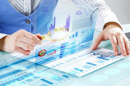 拡大鏡を infographs を調査事業者のクローズ アップ