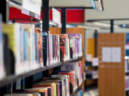library: Interior de la biblioteca con los estantes de libros con los libros Foto de archivo