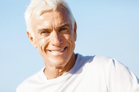 tercera edad: Retrato del hombre mayor sana sonriendo a la cámara Foto de archivo