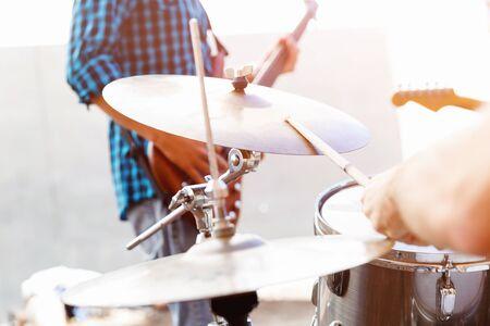 tambor: Un muscian calle tocando la batería Foto de archivo