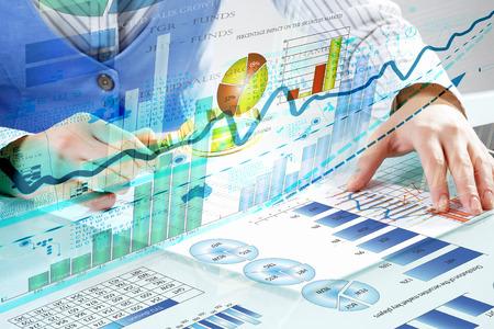 Đóng lên của người kinh doanh điều tra infographs với kính lúp