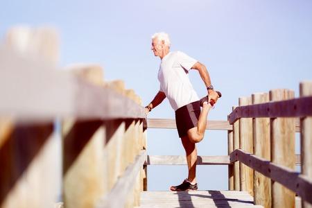 hombres trabajando: Varón hermoso caucásicos haciendo ejercicios en la playa