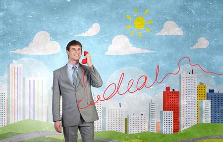 personas escuchando: Sonriente hombre de negocios hablando por teléfono teléfono rojo