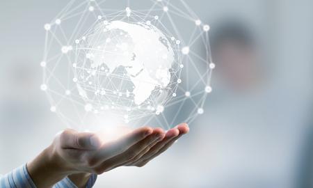 手でデジタル地球とグローバル接続の概念
